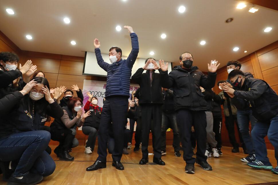 이춘우(가운데 선 이 왼쪽부터) 이주우 장명환 씨가 지난 19일 오전 경북 구미시 공단동 KEC 복지회관에서 열린 정년퇴임식에서 후배들의 환송을 받고 있다.