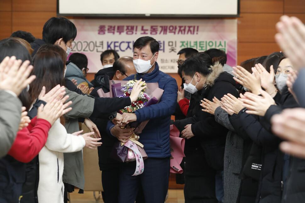 이춘우씨가 19일 오전 경북 구미시 공단동 KEC 복지회관에서 정년퇴임식을 마친 뒤 후배들의 환송을 받으며 나서고 있다.