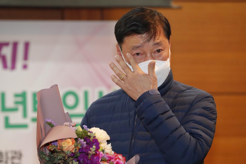 이춘우씨가 19일 오전 경북 구미시 공단동 KEC 복지회관에서 정년퇴임식을 마친 뒤 후배들의 환송을 받으며 눈물짓고 있다.