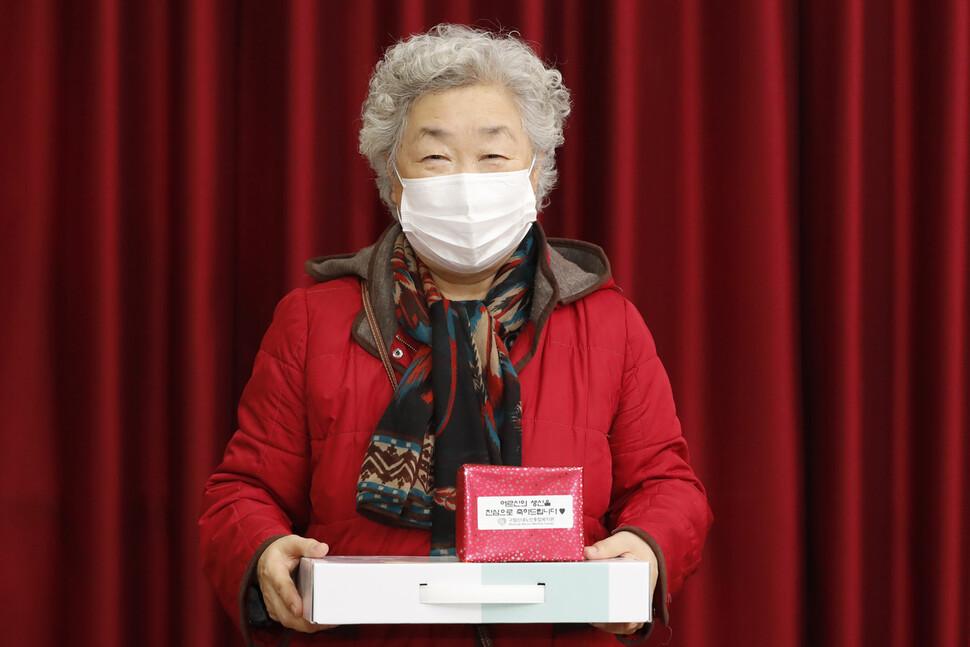 임명희씨가 2일 오후 서울 중랑구 신내동 구립신내노인종합복지관에서 생일 선물을 전해받은 뒤 미소짓고 있다.