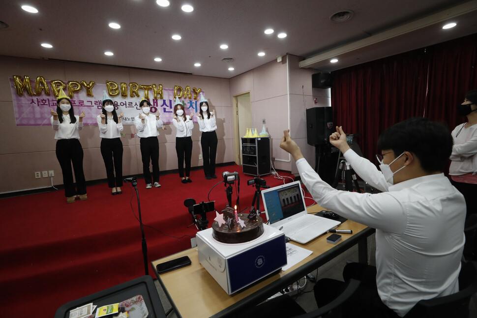 사회복지사들이 지난 2일 오후 서울 중랑구 신내동 구립신내노인종합복지관 청춘교실에서 3월에 생신을 맞은 어르신들을 위한 축하영상을 촬영하고 있다. 이정아 기자 leej@hani.co.kr