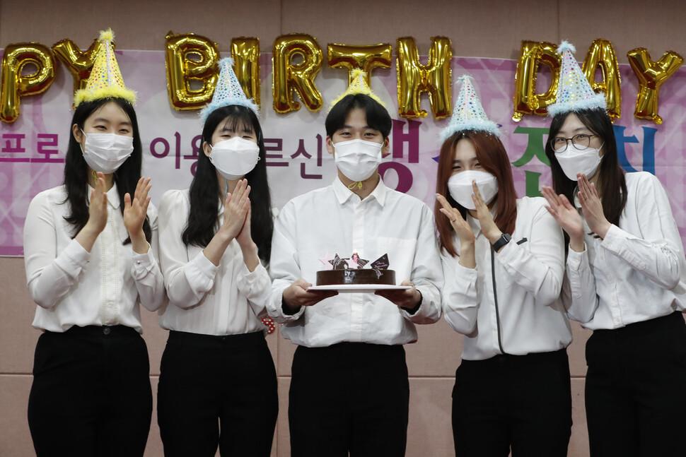 사회복지사들이 지난 2일 오후 서울 중랑구 신내동 구립신내노인종합복지관 청춘교실에서 3월에 생신을 맞은 어르신들을 위한 축하영상을 촬영하고 있다.