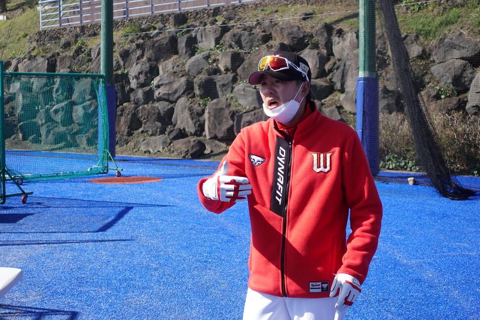 김원형 신세계 야구단 감독이 제주도 서귀포시 강창학 야구장에서 선수들을 지휘하고 있는 모습. 신세계 야구단 제공.