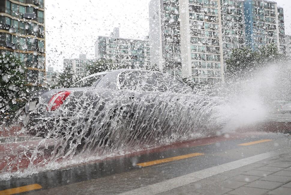 중부엔 돌풍 동반한 폭우…남부엔 최고 35도 치솟는 폭염