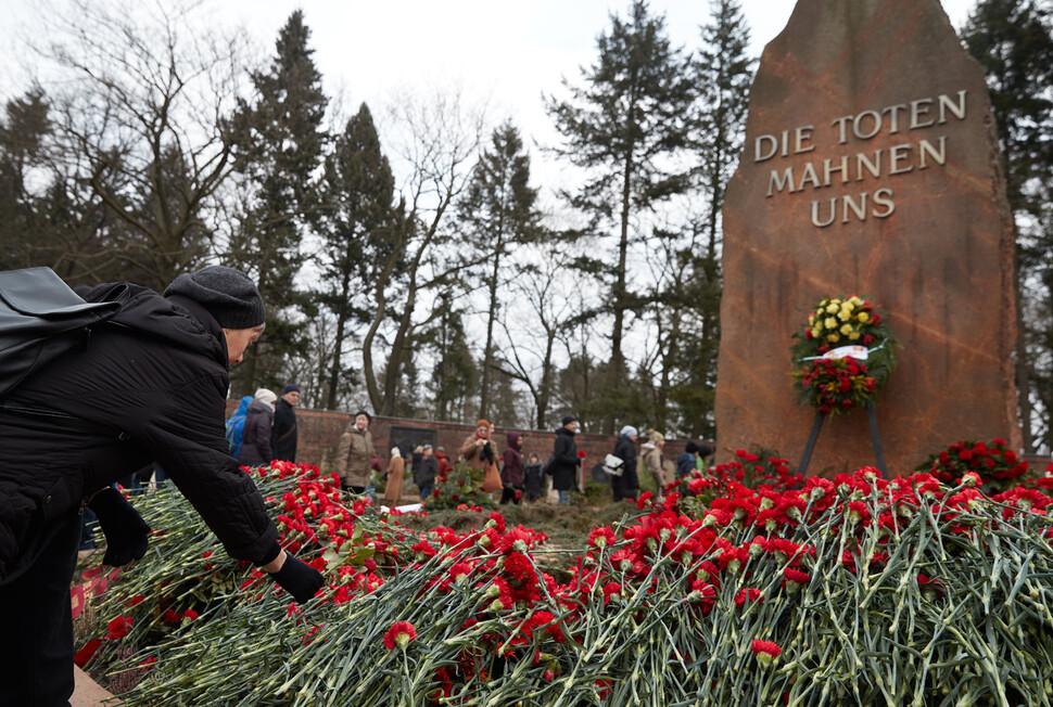 2018년 1월14일 독일 베를린 프리드리히스펠데 공동묘지 안에 있는 사회주의자 묘역 앞에 추모꽃이 한가득 놓여 있다. 매년 1월 두번째 일요일 베를린에서는 1919년 1월15일 암살된 사회주의자이자 여성 혁명가인 로자 룩셈부르크를 추모하는 행사가 열린다. EPA 연합뉴스