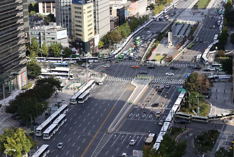 한글날인 9일 서울 광화문 도로에 돌발적인 집회·시위 등을 차단하기 위한 경찰 버스가 줄지어 서 있다. 연합뉴스