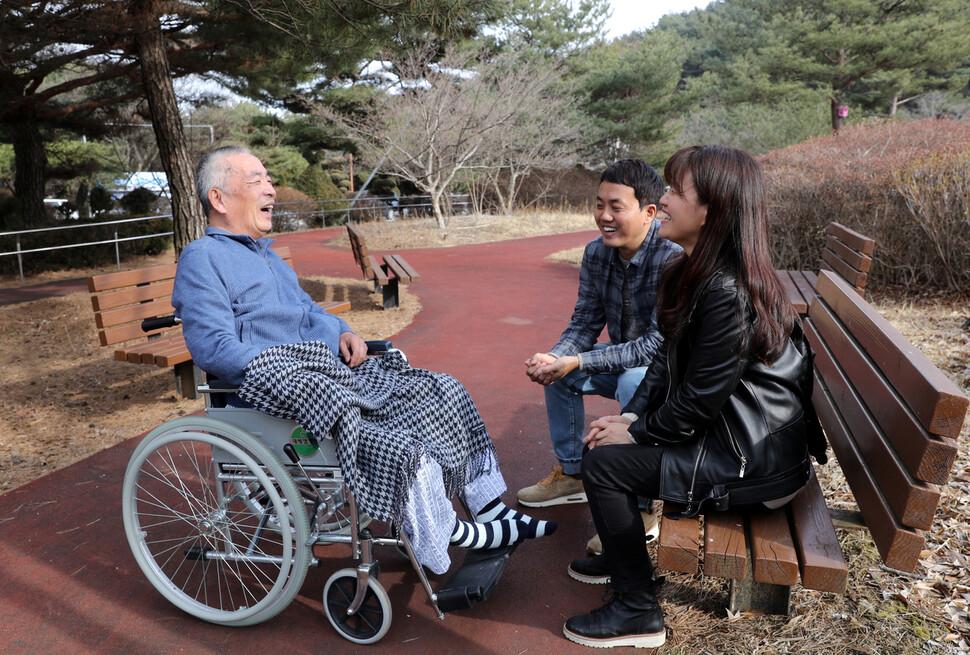 <에스비에스(SBS) 스페셜>을 통해 오랜 선행이 알려졌던 요한, 씨돌, 김용현씨(왼쪽)가 지난달 24일 오후 충북 제천시의 한 병원 야외 공원에서 은유 작가(오른쪽), 이큰별 에스비에스 피디(가운데)와 이야기를 나누고 있다. 제각각 흩어진 요한, 씨돌, 용현의 존재를 꿰어 세상에 알린 이큰별 피디는 이날 인터뷰에서 언어장애가 있는 김용현씨의 동시통역사 역을 맡아 한마디 한마디를 옮겼다. 제천/강재훈 선임기자 khan@hani.co.kr
