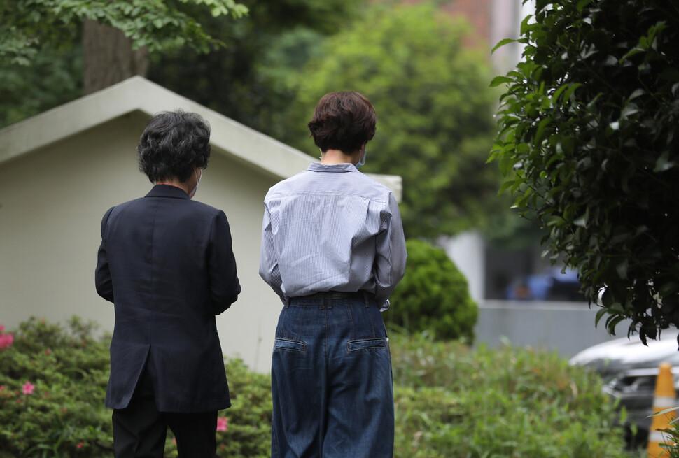 '56년 만의 미투'에 나선 최말자(왼쪽)씨가 18일 오후 부산시 가야대로에 있는 부산여성의전화 관계자와 함께 사무실 근처를 산책하며, 성폭행 사건의 피해자였던 자신이 사법권력에 의해 가해자가 되어버린 당시 상황을 이야기하고 있다. 부산/장철규 선임기자 chang21@hani.co.kr