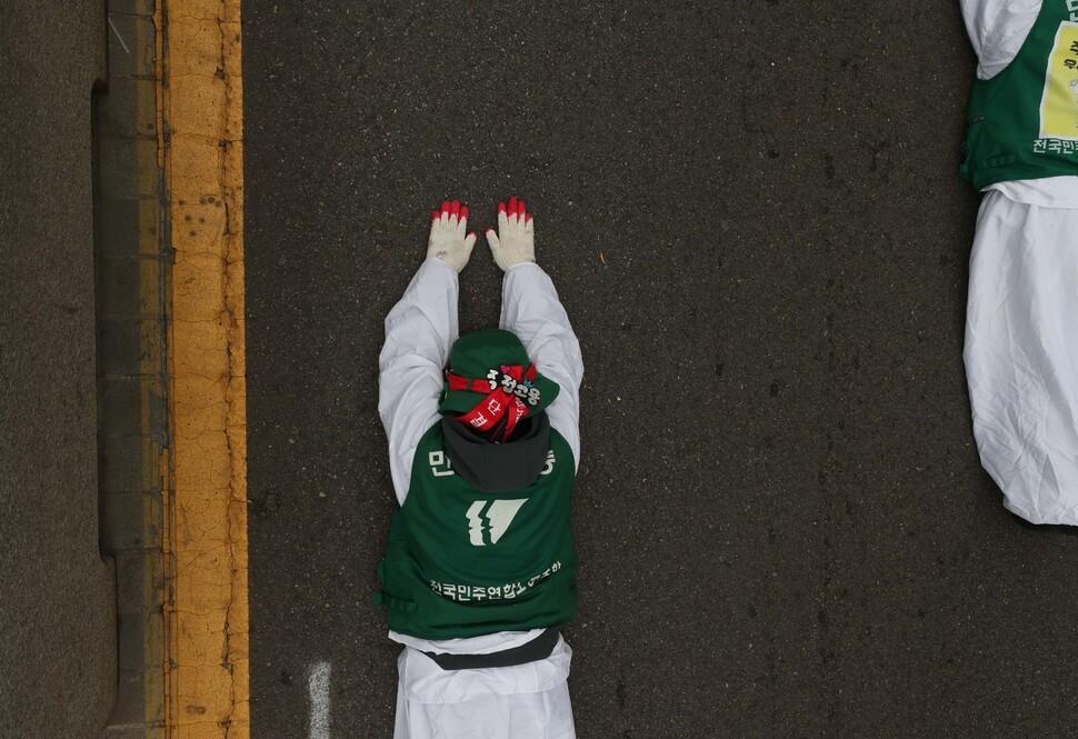 지난해 12월 한국도로공사의 직접고용을 촉구하며 삼보일배를 하고 있는 톨게이트 노동자의 모습. 박종식 기자.