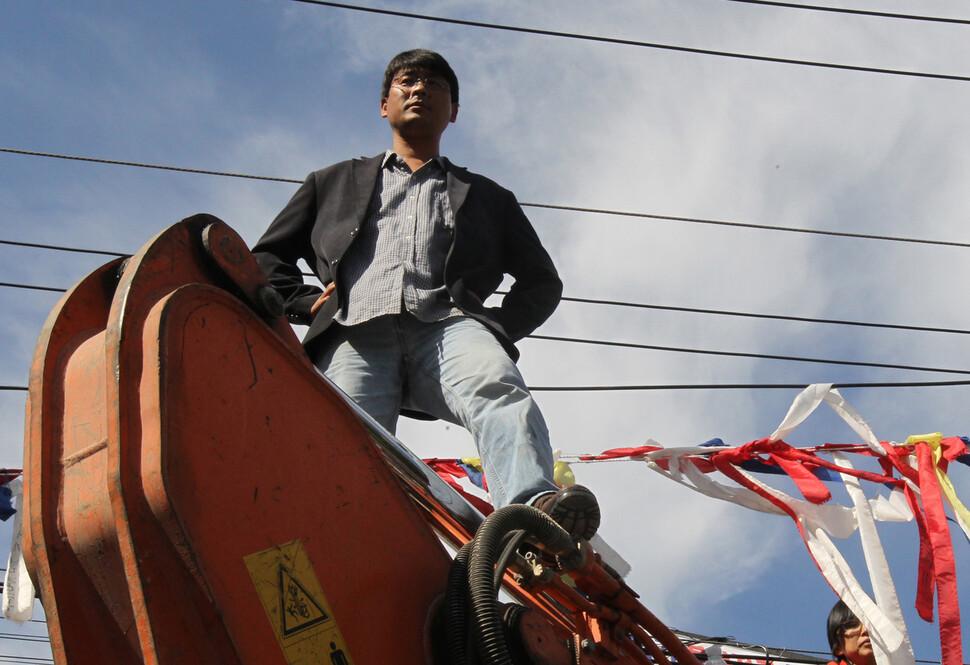 송경동 시인이 2010년 10월 서울 가산동 기륭전자 해고 노동자 농성장을 파괴하려고 진입하는 포클레인을 몸으로 막고 있다. 김태형 기자 xogud555@hani.co.kr