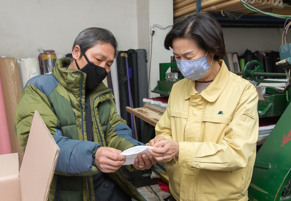 지난 00일, 김수영 양천구청장이 양천가방협동조합을 방문해 협동조합에서 생산한 마스크를 살펴보고 있다. 양천구 제공.