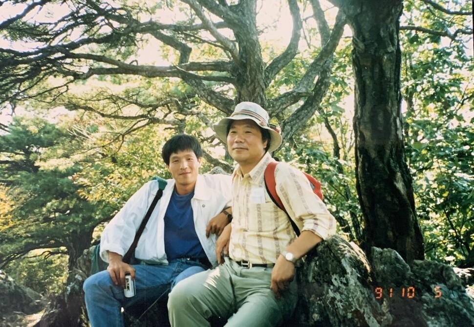 채희동 목사(왼쪽)과 함께 산에 오른 북산 최완택 목사