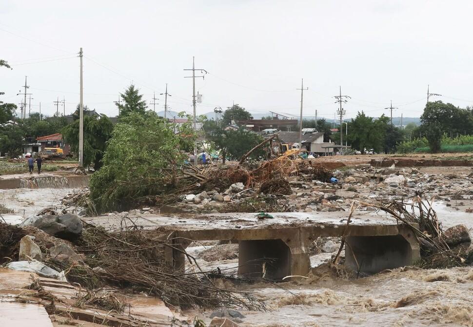 밤사이 내린 집중호우로 둑이 무너진 경기도 이천시 산양저수지 부근 마을 하천에 2일 오후 흙탕물이 흐르고 있다. 연합뉴스