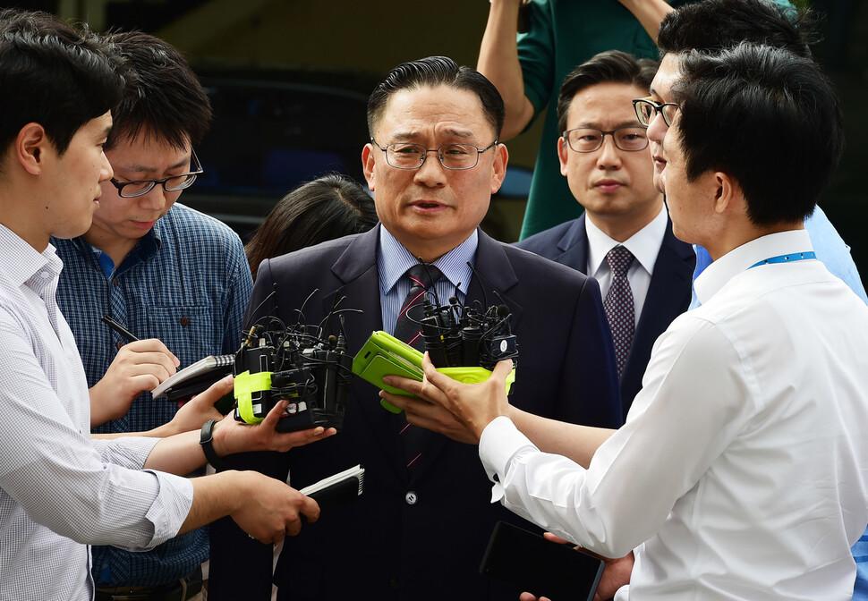 공관병 '갑질' 의혹으로 군검찰에 소환된 박찬주 육군대장(제2작전사령관)이 서울 용산구 국방부 검찰단에 피의자 신분으로 출석해 취재진의 질문을 받고 있다. 사진공동취재단