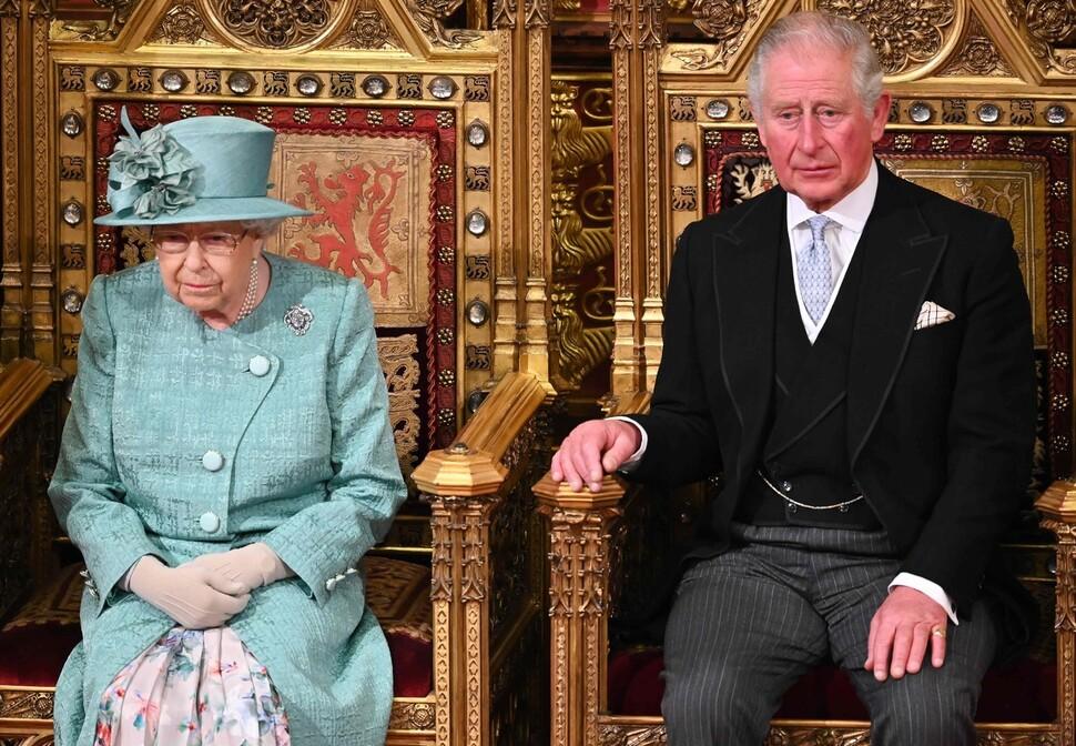 2019년 12월19일 영국 상원에서 연설하기 위해 영국 의회 의사당에 온 엘리자베스 2세 여왕과 찰스 왕세자. AFP 연합뉴스