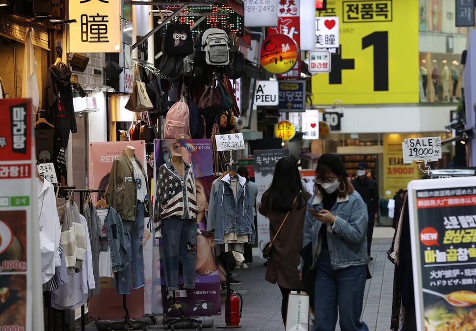 코로나19가 소비심리를 금융위기 때 수준으로 추락시켰다. 한국은행이 27일 발표한 '2020년 3월 소비자동향조사 결과'를 보면 이달 소비자심리지수(CCSI)는 한 달 전보다 18.5포인트 급락한 78.4를 나타냈다. 글로벌 금융위기 여파가 컸던 2009년 3월(72.8) 이후 가장 낮은 수준이다. 하락폭 역시 소비심리를 매달 조사하기 시작한 2008년 7월 이후 최대다. 사진은 27일 오후 서울 명동거리. 연합뉴스