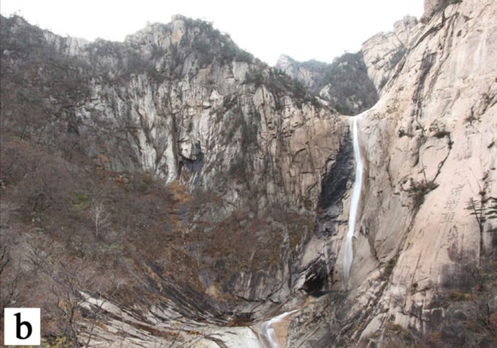 구룡연의 유 자형 계곡. 오른쪽 폭포는 가지 빙하가 본 빙하에 합쳐지는 현곡이다. 침식력의 차이 때문에 높이 차이가 났다. 전원석 외 (2020) '지질유산' 제공.