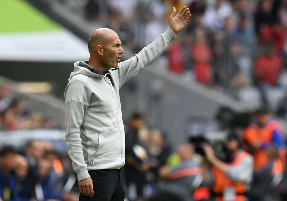 지네딘 지단 레알 마드리드 감독이 2019년 9월31일(현지시각) 독일 뮌헨에서 열린 아우디컵 초청대회 3~4위전 페네르바체와 경기에서 지휘하고 있다. 뮌헨/AFP 연합뉴스