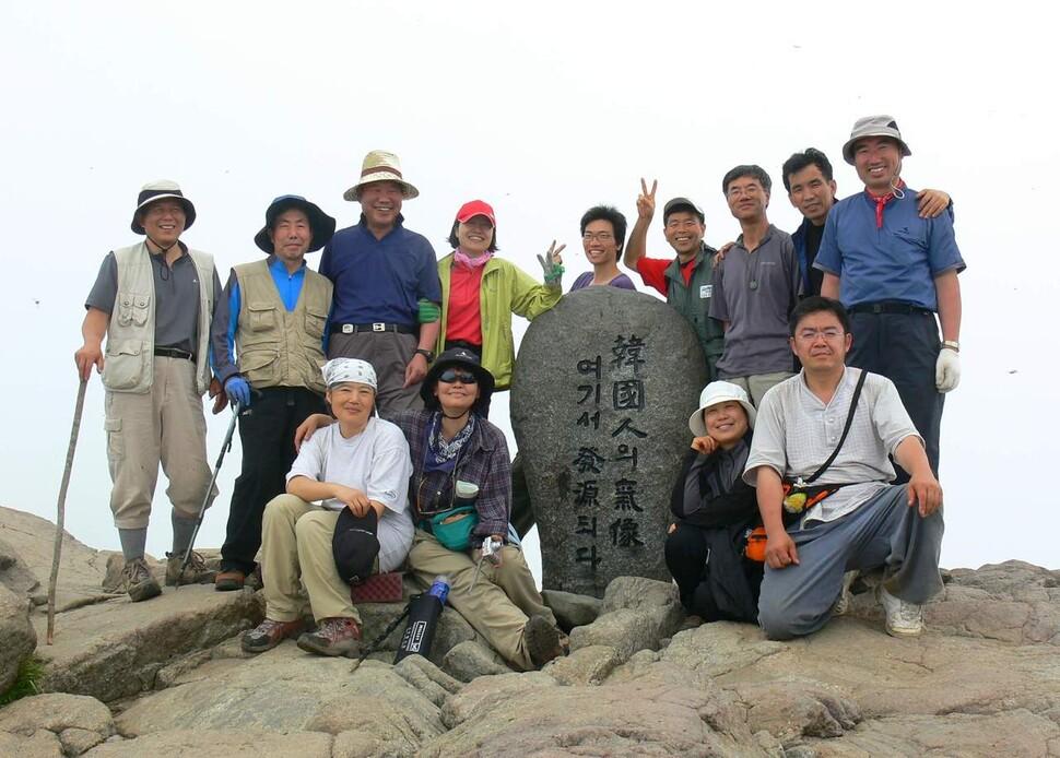 매주 목요일마다 산에 오른 북산 최완택(뒷줄 왼쪽에서 세번째) 목사와 함께 산에 오른 목산회 멤버들.