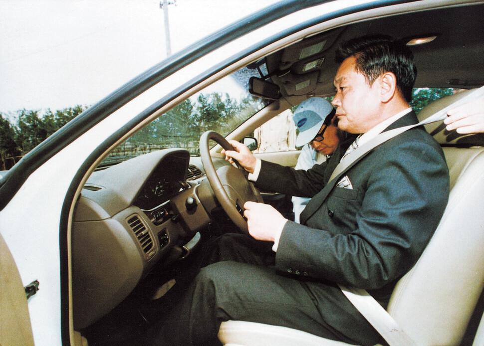 이건희 회장이 1997년 5월 삼성자동차 부산공장 설비가동식에 참가해 개발 중인 자동차 시제품을 시승하고 있다. 당시 개발명은 KPQ, 이후 이 차는 SM5로 출시된다. 당시 출시 예정 일정은 1998년 3월이었다.