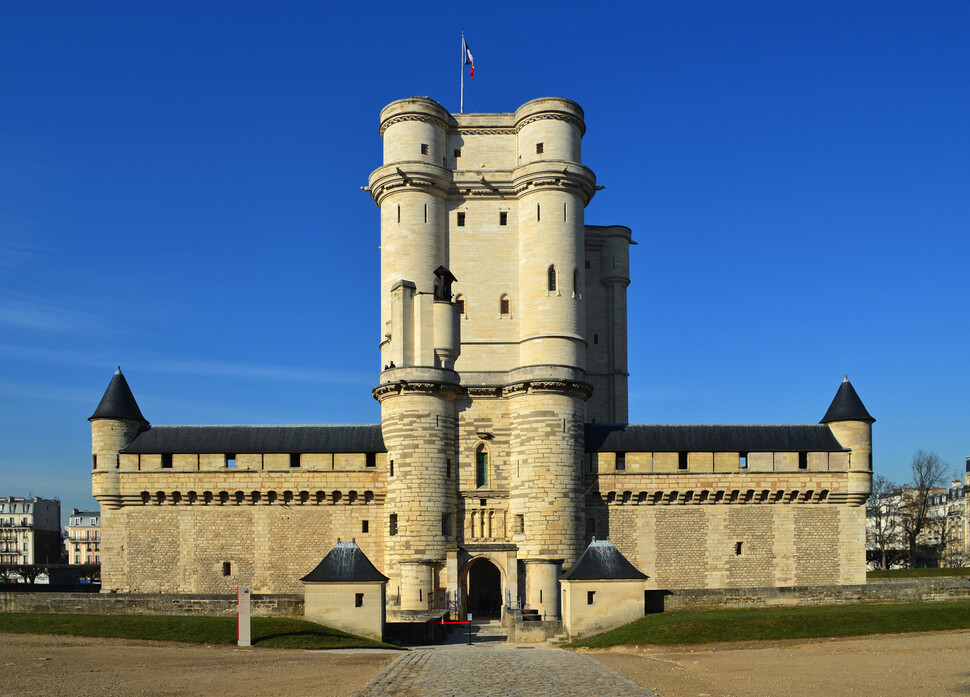 파리 근교 뱅센 숲에 있는 뱅센성의 아성. 아성은 성을 지키는 지휘관이 머무는 중심 건물로, 뱅센성 아성은 높이가 50m에 이른다. 위키피디아