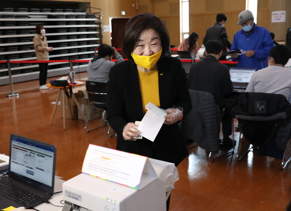 심상정 정의당 대표가 10일 오전 자신의 지역구가 있는 경기 고양시 덕양구청에 마련된 사전투표소에서 투표용지를 받고 있다. 고양/강창광 선임기자 chang@hani.co.kr