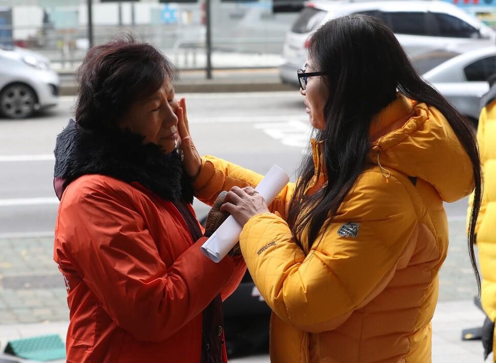 임경빈군 어머니 전인숙(오른쪽)씨가 3일 오전 서울 중구 폴라리스쉬핑 본사 앞에서 스텔라데이지호 침몰참사 실종자 허재용 이등항해사의 어머니 이영문씨를 위로하고 있다. 박종식 기자 anaki@hani.co.kr