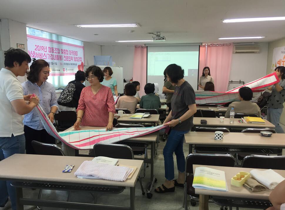 지난 6월 '사회적협동조합 행복한돌봄' 등이 주최한 교육 프로그램에서 가사노동자들로 구성된 협동조합 임원, 조합원들이 직무능력 향상 교육을 받고 있다. 한국가사노동자협회 제공