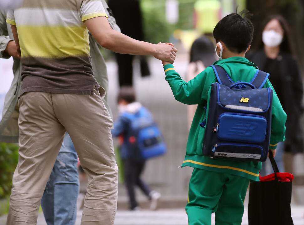 2일 오전 서울의 한 초등학교에서 어린이가 등교하고 있다. 수도권을 중심으로 신종 코로나바이러스 감염증(코로나19)의 산발적인 발생이 잇따르는 가운데 3일부터 초·중·고 학생 178만명이 추가로 등굣길에 오른다. 고1·중2·초3∼4학년들의 등교 수업이 시작된다. 연합뉴스