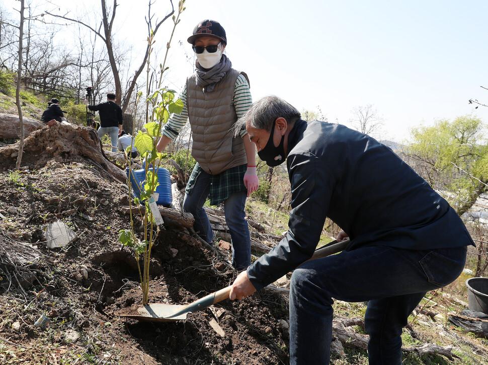 5일 오후 서울 마포구 상암동 노을공원 내 환경피해자(가습기살균제·석면·라돈침대) '추모의 숲'에서 열린 나무심기 행사에서 참가자들이 나무를 심고 있다. 공동취재사진