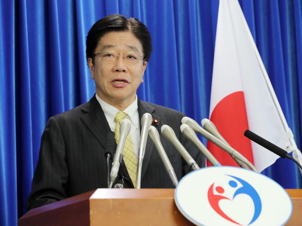 가토 가쓰노부 일본 후생노동상이 13일 도쿄에서 기자회견을 하고 있다. 가토 후생노동상은 이날 코로나19 감염자 일본 내 첫 사망 사례가 나왔다고 발표했다. 도쿄/지지 연합뉴스