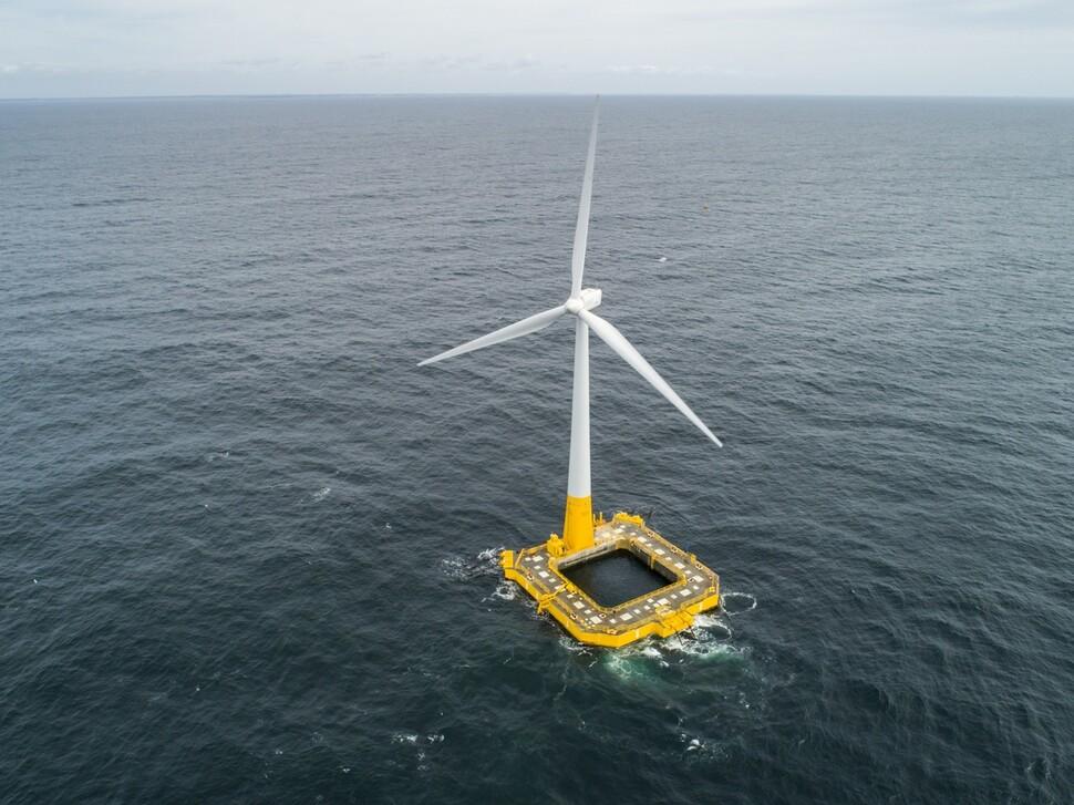 바다 위에 풍력발전기 띄워 전기를?…문 대통령이 찾아간 '부유식 해상풍력'