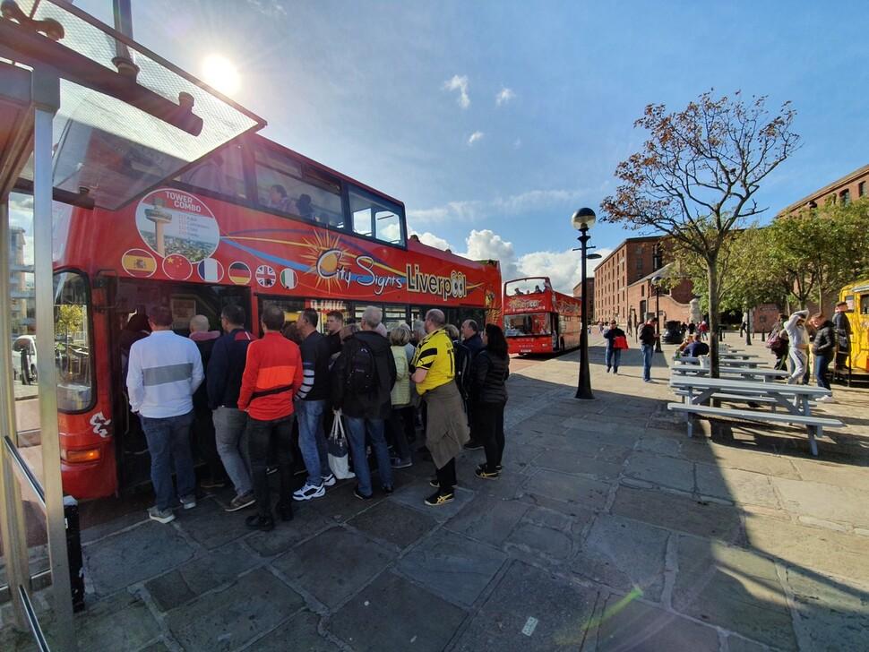 영국 리버풀시 리버풀항 앨버트도크 앞 버스 정류장에 2층 버스가 도착하자 관광객들이 줄을 섰다.