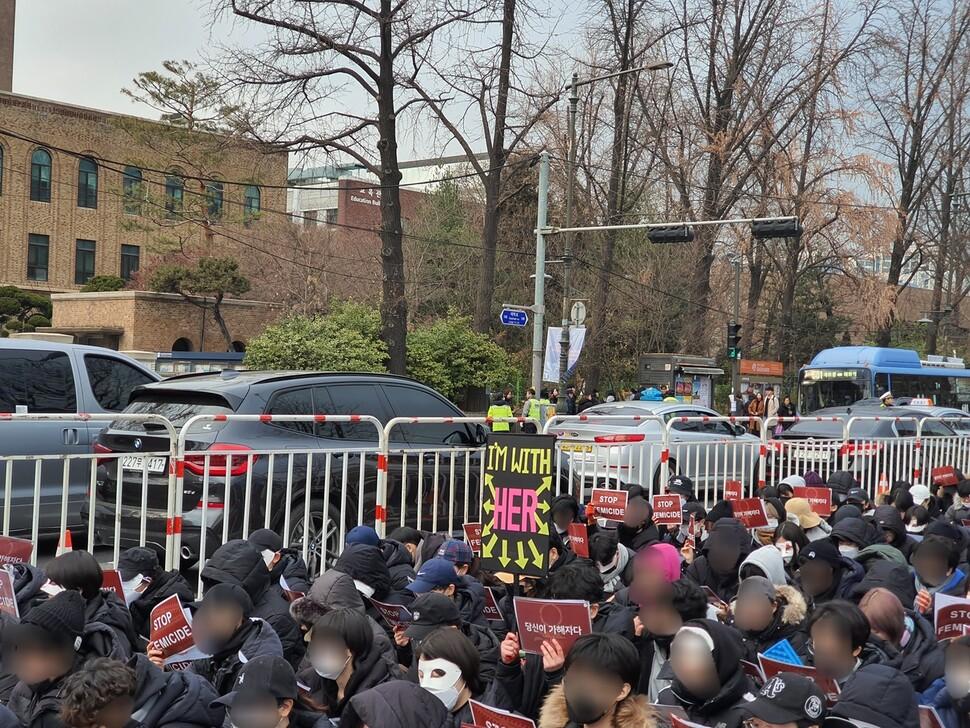28일 오후 서울 종로구 마로니에공원 일대에서 '페미사이드(Femicide) 철폐 시위'가 열렸다. 이번 시위는 죽은 여성들을 추모하는 의미를 담은 검은 옷이 드레스코드였다. 주최 쪽 제공