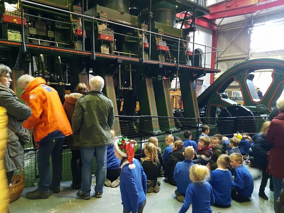 셰필드 도심 북쪽의 옛 산업유산 지역 켈럼아일랜드 안에 있는 '켈럼아일랜드박물관'을 찾은 방문객들이 1940년식 증기기관 '리버돈 엔진'의 시범 작동 장면을 구경하고 있다.