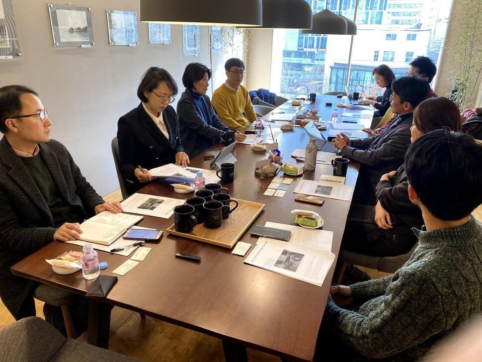 지난 17일 서울 중구 커뮤니티하우스 마실에서 열린 '지속가능한 도시와 커뮤니티' 전문가 집담회에 참여한 전문가 패널들이 의견을 나누고 있다.