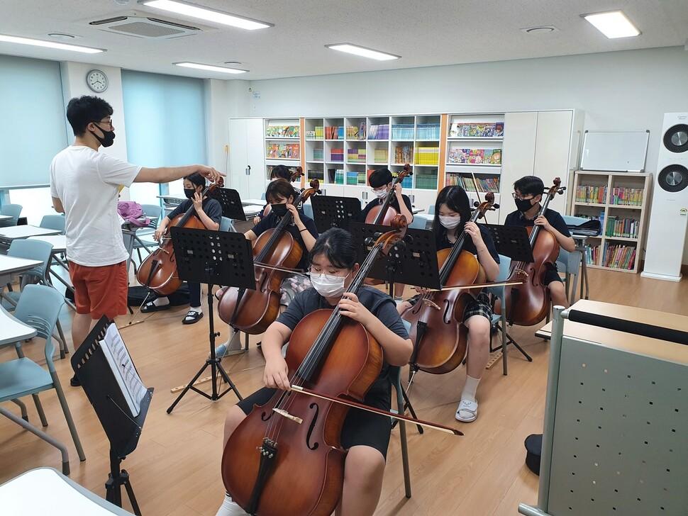 1인 1악기 예술교육에서 첼로를 택한 학생들이 강사의 지도를 받고 있다. 사진 학교 제공