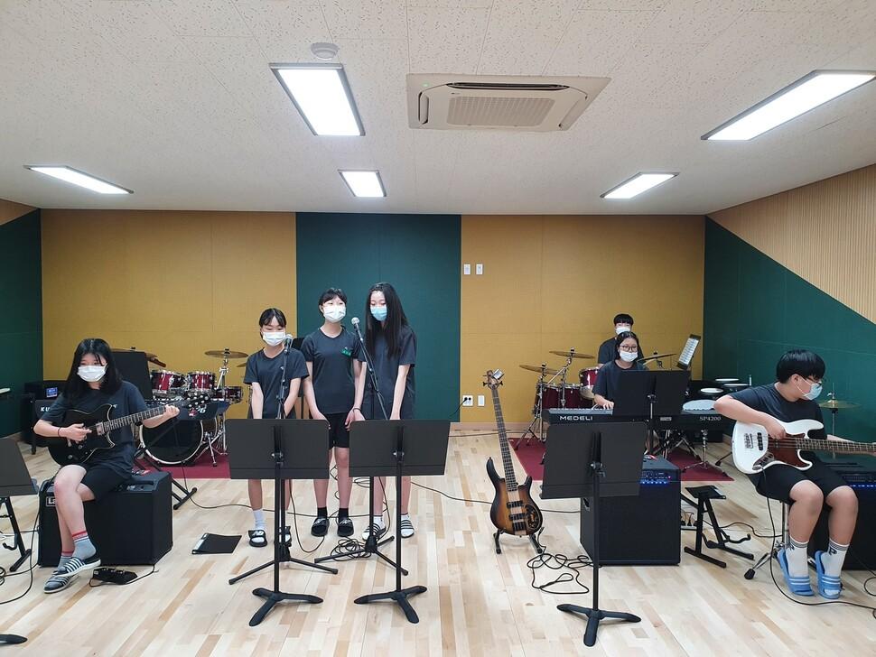 밴드 활동을 하는 학생들의 모습. 사진 학교 제공