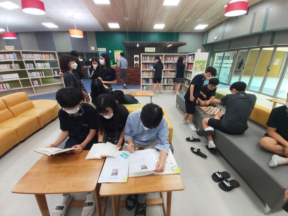 지난 24일 찾아간 충남 청양군 기숙형 공립 정산중학교의 라온도서관 풍경. 점심시간에 학생들이 도서관에 와 다양한 활동을 하고 있다.