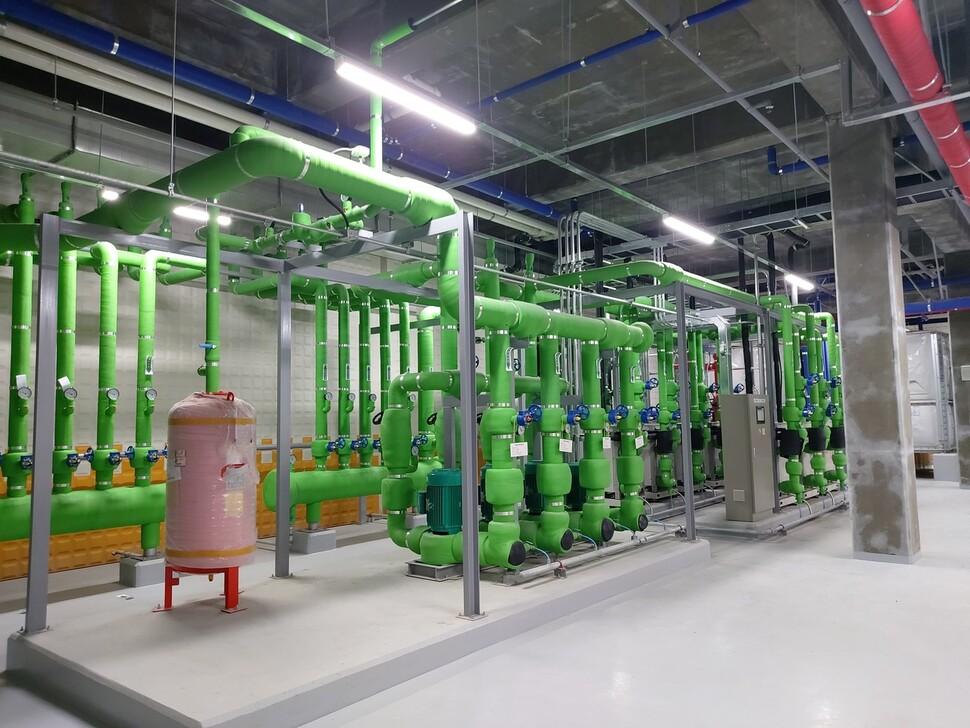 건물 지하에 설치된 지열 발전 시스템