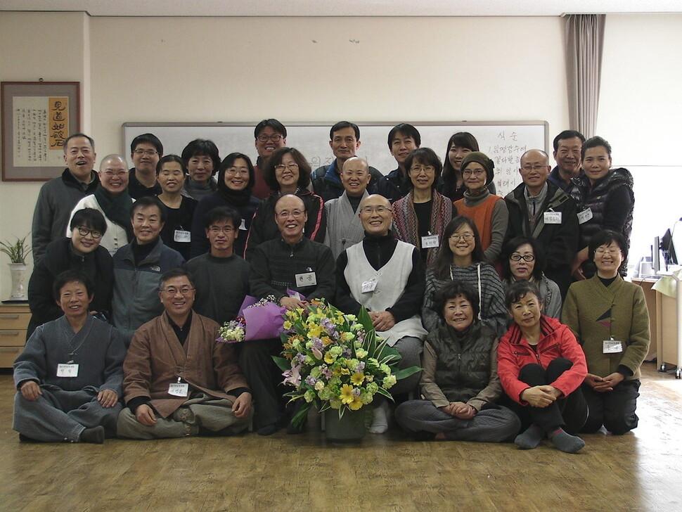 500여차례 동사섭 수련을 진행한 용타 스님이 동사섭 수련회 참가자들과 함께했다. 사진 행복마을동사섭 제공