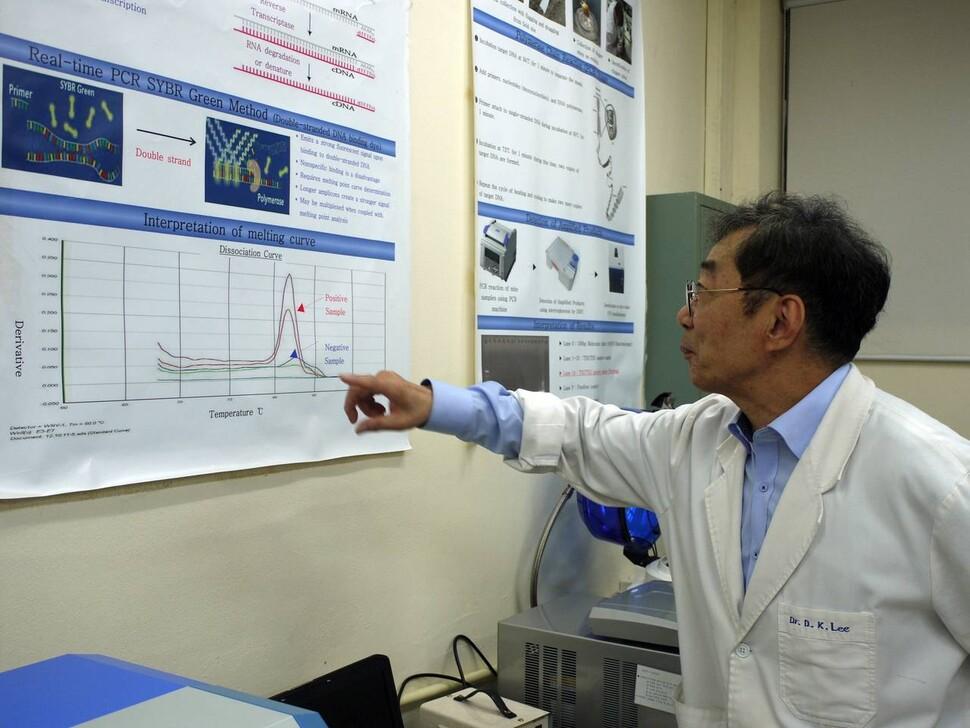 지난 8일 고신대학교 보건환경학부 이동규 교수가 학교 실험실에서 채집한 모기의 몸 속 바이러스를 확인하는 실험 방식을 설명하고 있다.