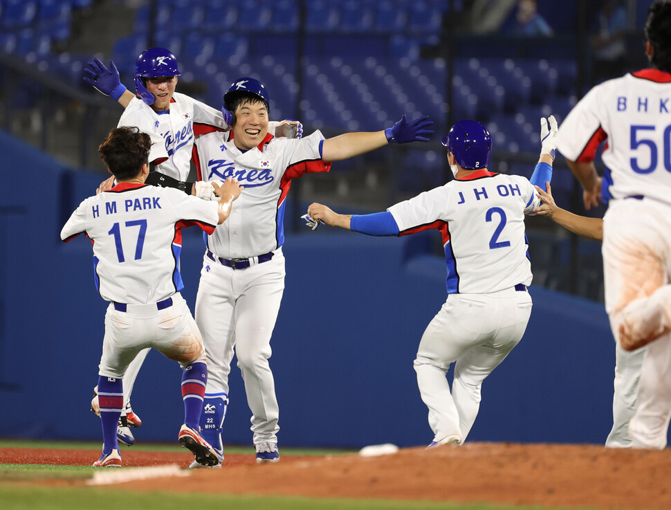 김현수가 1일 일본 요코하마 스타디움에서 열린 도쿄올림픽 도미니카공화국과의 녹아웃 스테이지 경기 9회말 2사 3루에서 끝내기 안타를 친 뒤 환호하고 있다. 요코하마/연합뉴스