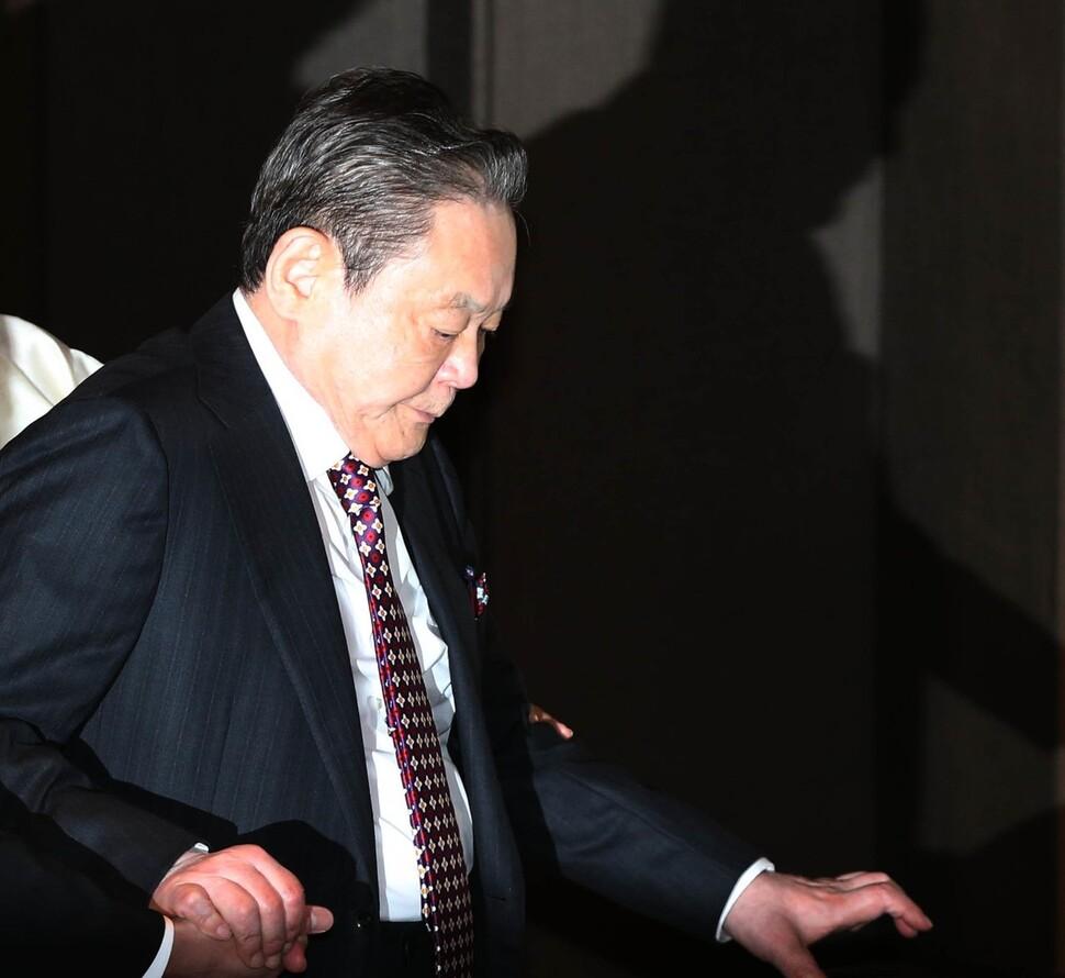이건희 삼성 회장이 2013년 10월28일 오후 삼성그룹 '신경영 선언 20주년 만찬'에 참석하기 위해 서울 장충동 신라호텔에서 들어서고 있다. 수행원의 손을 잡은 모습은 무척 힘겨워 보이고, 아래를 향한 시선은 무겁게 느껴진다. 이 회장은 이때로부터 6개월여 뒤에 급성 심근경색으로 쓰러진다. 김봉규 기자 촬영.
