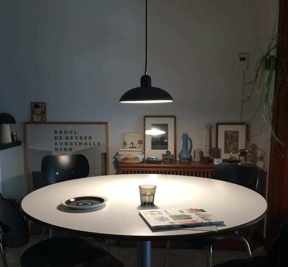 테이블 위 조명을 낮추어 빛으로 만든 둥지를 연출했다. 사진 최이규 제공
