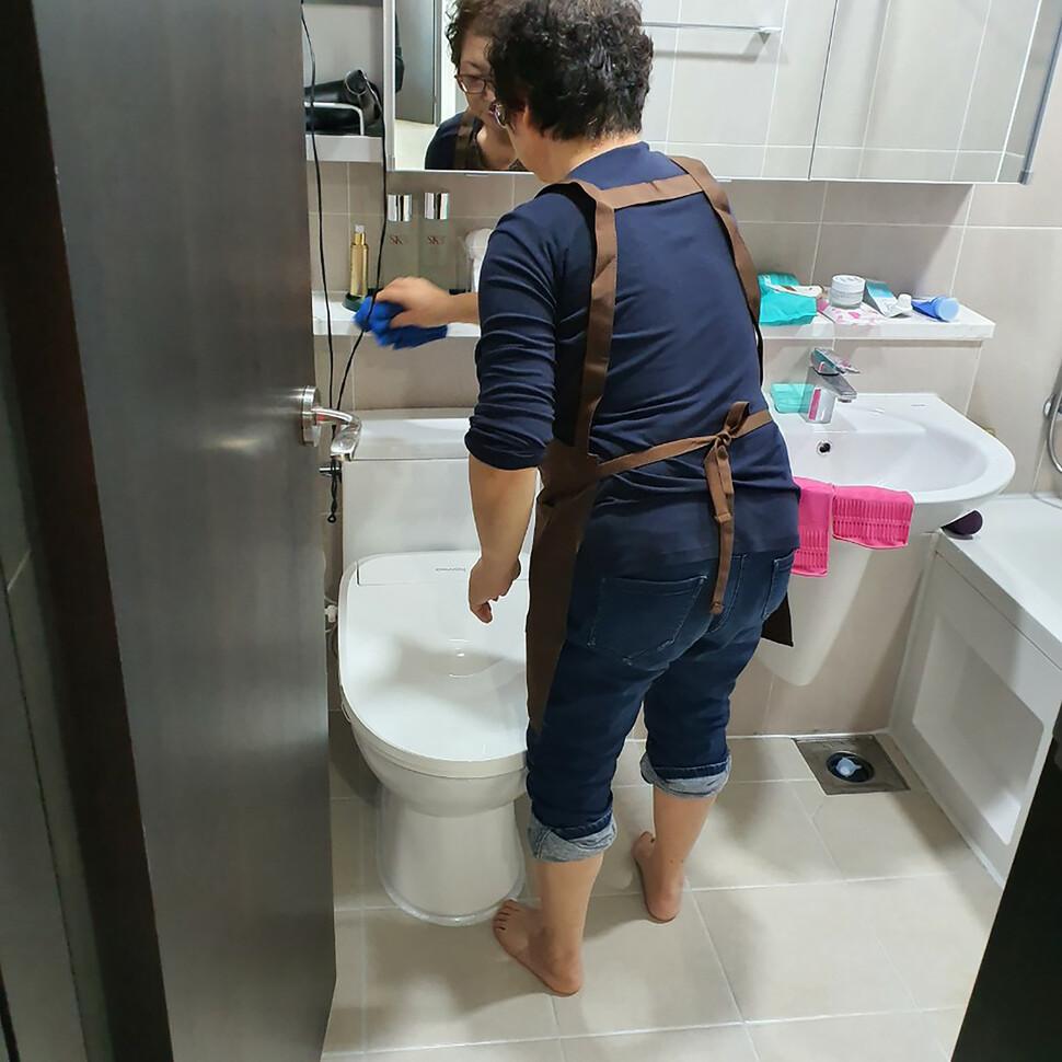 가사노동플랫폼 '우렁각시' 회원이 의뢰인의 집에서 청소를 하고 있다. 한국가사노동자협회 제공