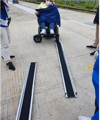 해운대 블루라인파크 승강장에 마련된 휠체어용 경사로. 사상구장애인자립생활센터 제공