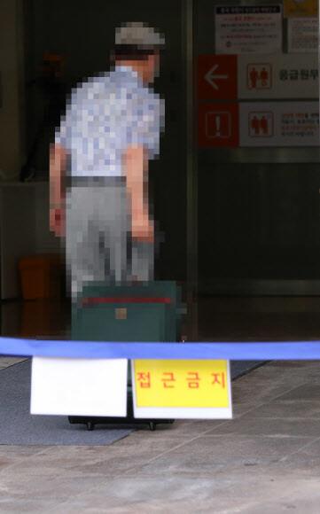 19 일 오후 서울 중랑구 서울 의료원 입원을 위해 코로나 19 환자가 입원하고있다.  연합 뉴스