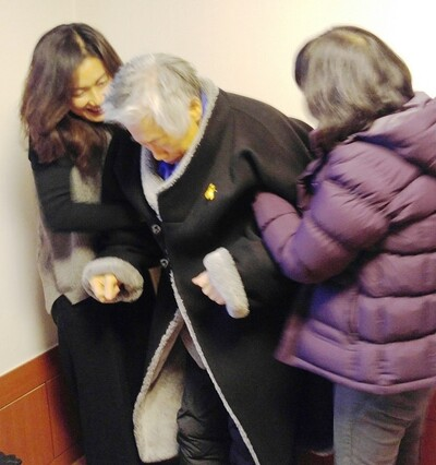 The winter clothes'Nulma' was so thick and heavy that it was not easy for even adults to wear and take off alone.  In December 2017, Baek Ki-wan, wearing a null mask, stands up with the support of two people.  Reporter Kim Kyung-ae