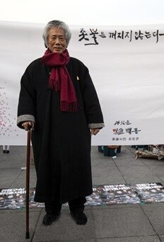 In 2014, Paik Ki-wan asked CEO Ki-yeon Lee to build a winter clothing, ``Nulma,'' which is thick and large like a ``Goguryeo cover,'' and visited the shady sites of our society even in the middle of winter.  It looks like he was dressed up at a candlelight rally in January 2017.  Provided by the Institute for Unification Problems